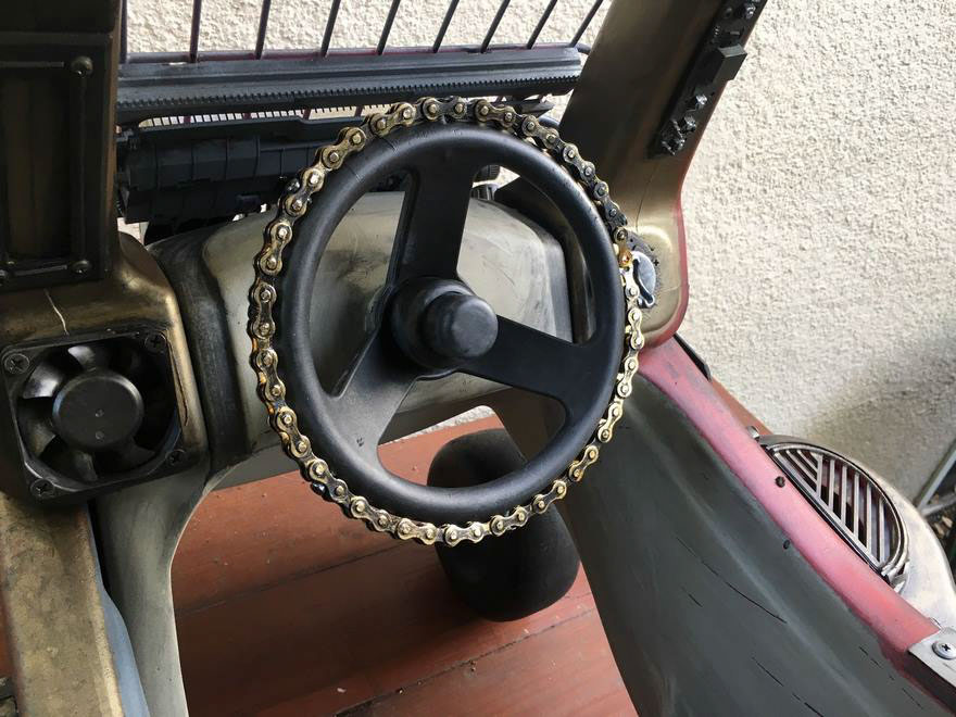 Is that a bicycle chain steering wheel?